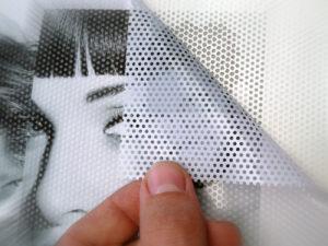 Adesivo micro forato per vetrine e automezzi