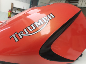Car wrapping Triumph 1050 Speed Triple con pellicola cast arancione perlato e nero carbonio 1