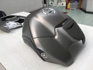 Car wrapping Yamaha FZ8 con pellicola cast nero satinata e grigio spazzolato 1