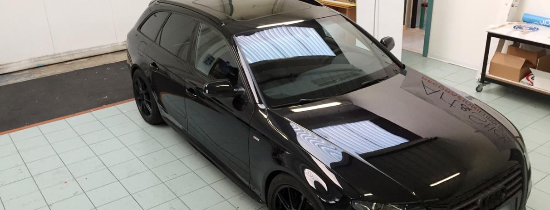 Copertura cromature Audi A4 avant su griglia frontale, contorno fendinebbia, contorno vetri laterali, barre tetto. Loghi e scritte ricoperte con Plastidip nero opaco 1