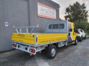 Decorazione Fiat ducato 2 con pellicola cast da car wrapping gialla e grigio antracite e applicazione di adesivi prespaziati di vari colori imeco