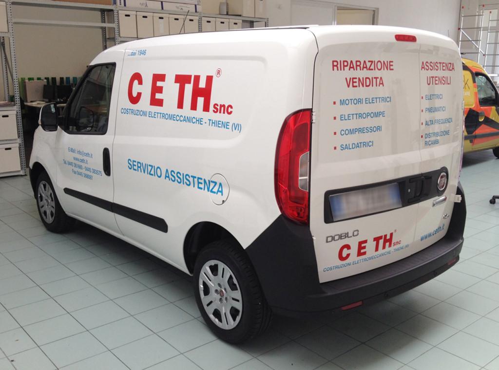 Decorazione auto aziendale con adesivi prespaziati