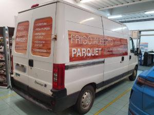 Decorazione automezzo con adesivi stampati in digitale frigo parquet