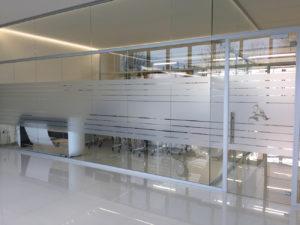 Decorazione di interni ufficio con pellicole intagliate effetto smerigliato armetta nicoletta