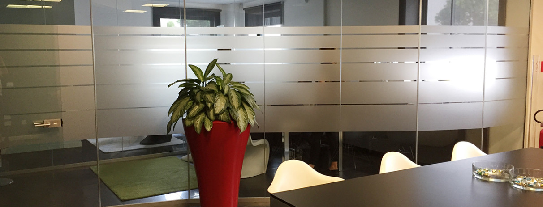 Decorazione di interni ufficio con pellicole intagliate effetto smerigliato veneta servizi