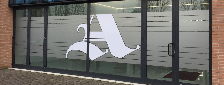 Decorazione di interni ufficio con pellicole intagliate effetto smerigliato logo bianco armetta nicoletta