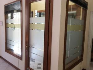 Decorazione di interni ufficio con pellicole intagliate effetto smerigliato studio commercialista