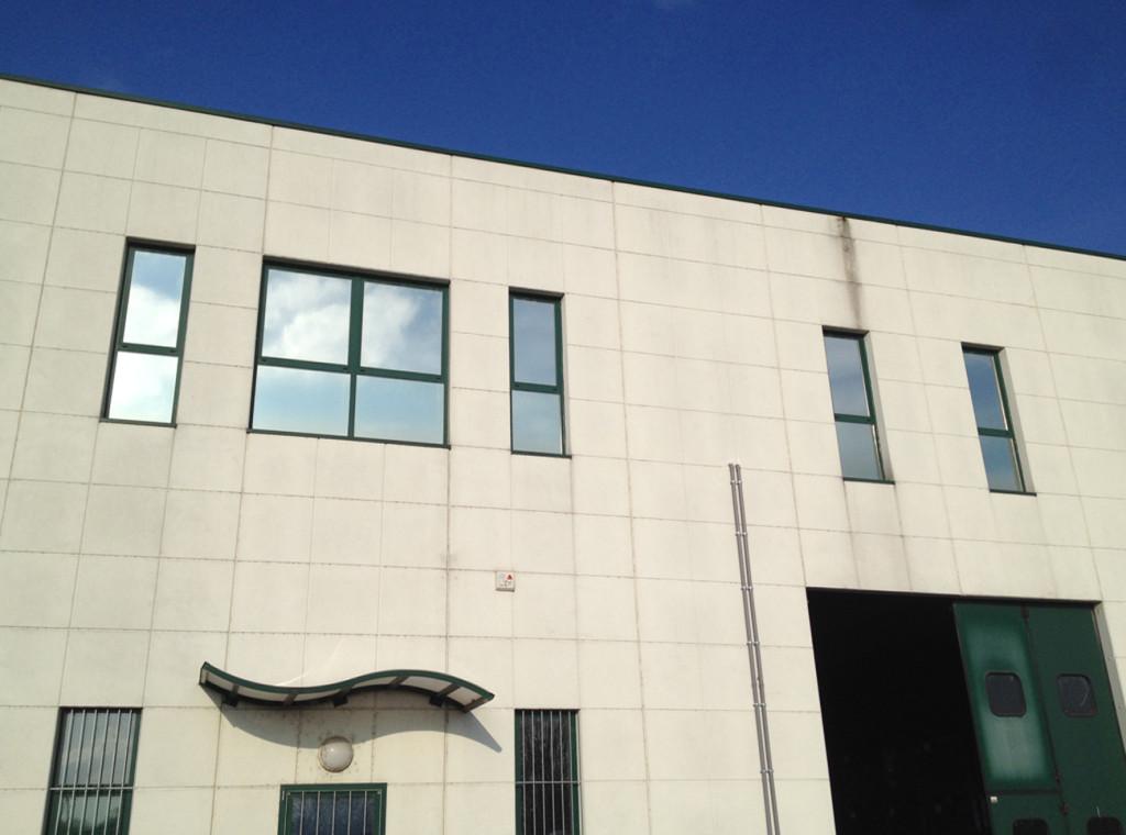 Decorazione finestre con pellicola a controllo solare applicata interno vetro, ideale per un maggior abbattimento del calore, della luce e dei riflessi all'interno dell'ufficio.