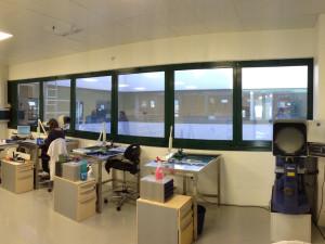 Decorazione finestre con pellicola a controllo solare applicata interno vetro, ideale per un maggior abbattimento del calore, della luce e dei riflessi all'interno dell'ufficio. biotec