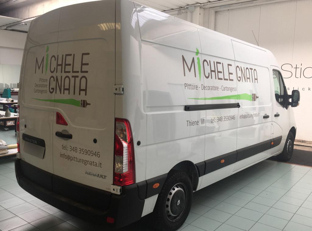 Decorazione furgone aziendale con adesivi prespaziati