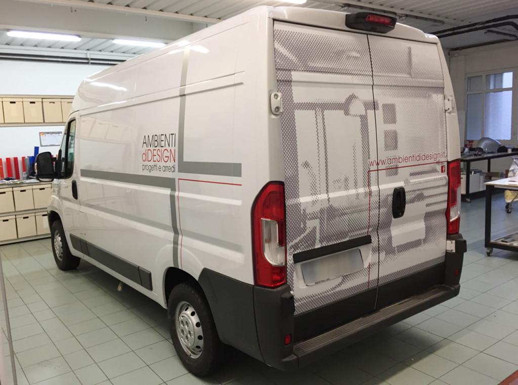 Decorazione furgone aziendale con adesivi prespaziati e stampati in digitali