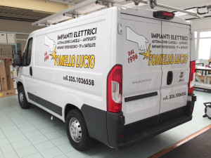 Decorazione furgoni aziendali con adesivi prespaziati tomiello lucio
