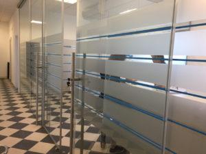 Decorazione interni ufficio pellicole intagliate effetto smerigliato 2 colori limec