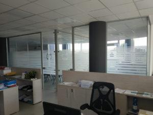 Decorazione interni ufficio pellicole intagliate effetto smerigliato cna