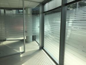 Decorazione interni ufficio pellicole intagliate effetto smerigliato cna valdagno