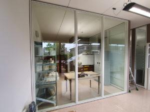 Decorazione-interni-ufficio-pellicole-intagliate-effetto-smerigliato grisotto