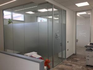 Decorazione-interni-ufficio-pellicole-intagliate-effetto-smerigliato logo intagliato amc