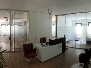 Decorazione-interni-ufficio-pellicole-intagliate-effetto-smerigliato-pragma