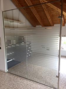 Decorazione interno uffici con adesivi effetto smerigliato