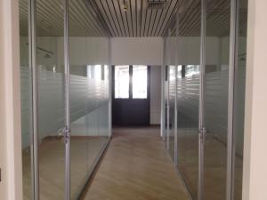 Decorazione interno uffici con adesivi effetto smerigliato CMC