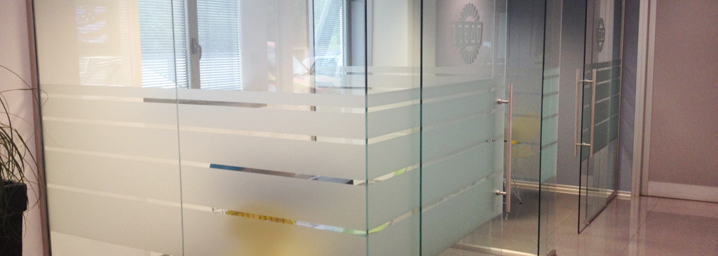 Decorazione pareti vetrate ufficio con pellicola - Pellicole adesive per vetri esterni ...