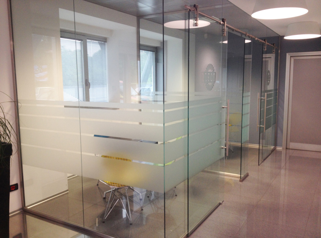 Decorazione pareti vetrate ufficio con pellicola smerigliata zeco