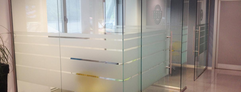 decorazione pareti vetrate ufficio con pellicola smerigliata ... - Pareti Vetrate Uffici
