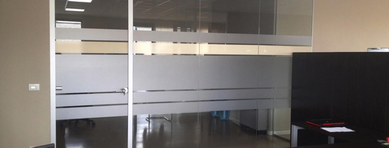 Decorazione pareti vetrate ufficio con pellicola smerigliata e beige
