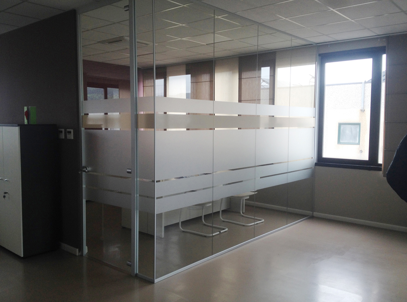Decorazione pareti vetrate ufficio con pellicola smerigliata e beige  Art&Stick