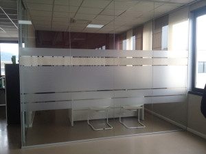 Decorazione pareti vetrate ufficio con pellicola smerigliata e beige mauritech