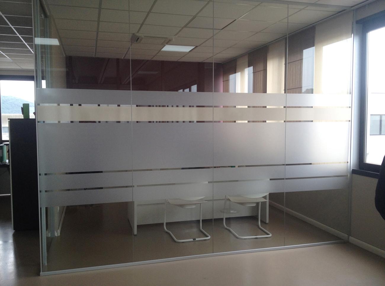 Decorazione pareti vetrate ufficio con pellicola smerigliata e beige art stick - Decorazione pareti interne ...