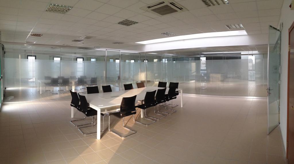 Decorazione pareti vetrate ufficio con pellicola smerigliata