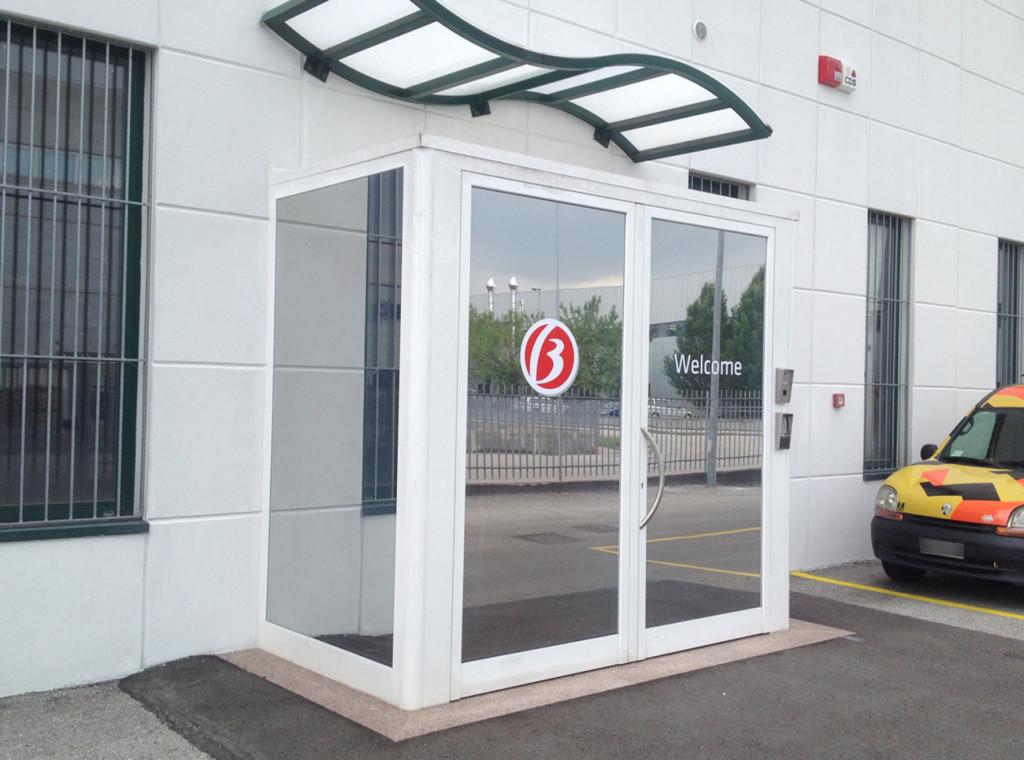Decorazione pavimenti con nastri segnaletici removibili e vetrate ingresso con pellicola a controllo solare specchiato.
