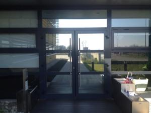 Decorazione vetrate con pellicola a controllo solare e antiriflesso sicom, socomec