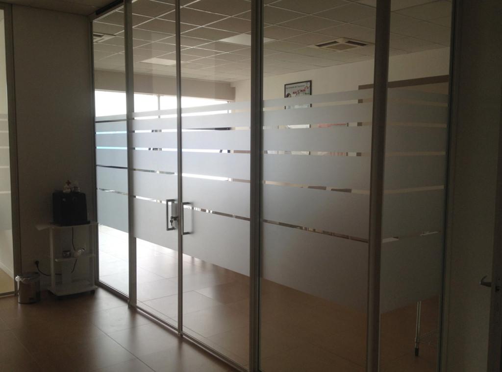 Decorazione vetri interni ed esterni con adesivi effetto smerigliato, prespaziati e stampati AMC Vicenza