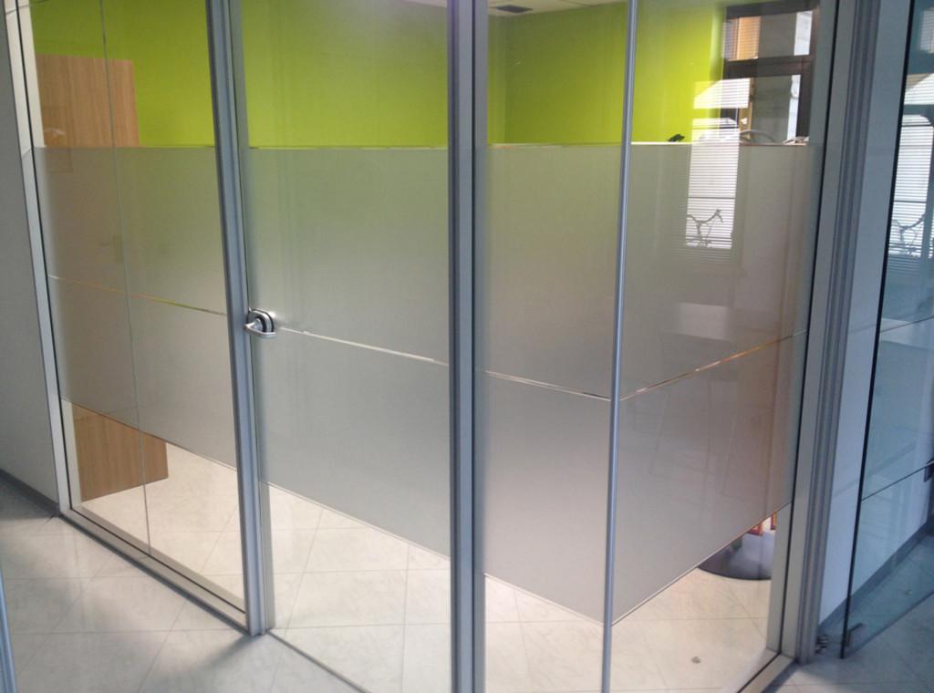 Decorazione vetri interni ufficio con adesivi effetto smerigliato personalizzati