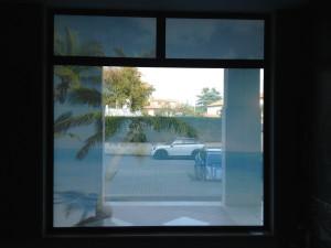 Decorazione vetrine negozio con adesivi microforati one way