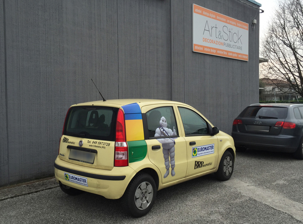 Decorazione auto sostitutiva pubblicitaria con adesivi stampati ed intagliati e adesivi prespaziati