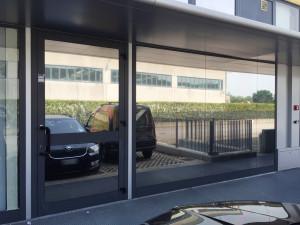 Installazione di pellicole a controllo solare specchiate su magazzino midac