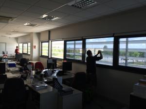 Installazione di pellicole a controllo solare su vetrate uffici sicon socomec
