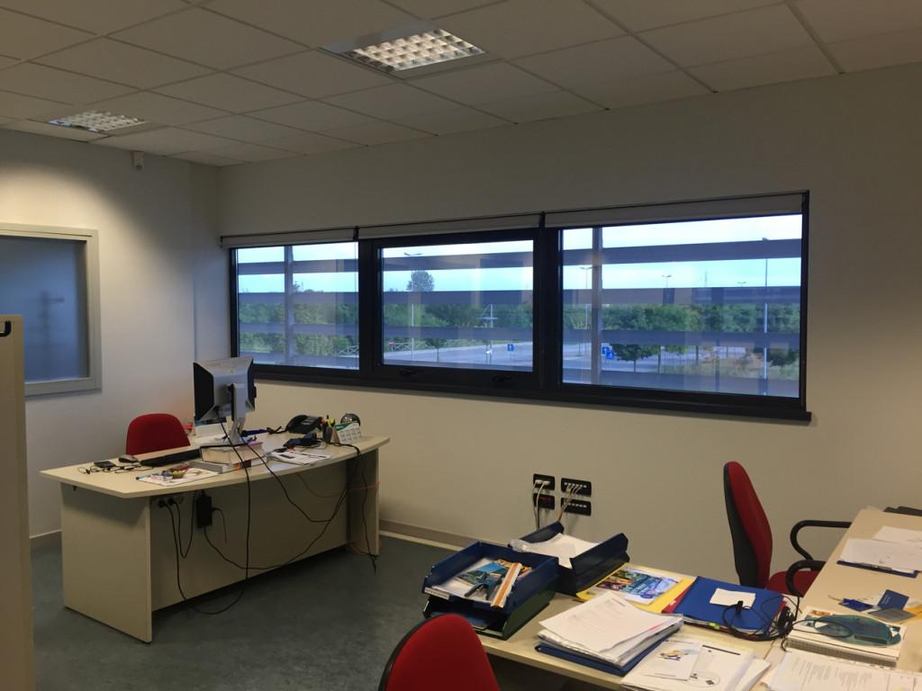 Installazione di pellicole a controllo solare su vetrate uffici
