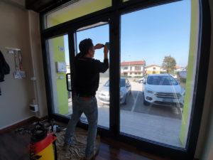 Installazione-pellicole-controllo-solare-vetrate fasi applicazione