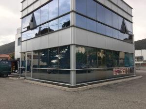Installazione-pellicole-controllo-solare-vetrate-negozio dermamente