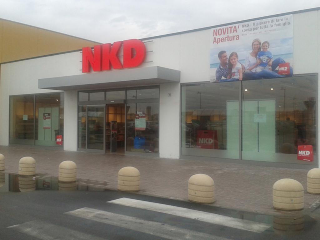 NKD CASTEL LEONE - decorazione con adesivi ed insegna luminosa