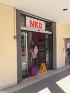NKD PADOVA - decorazione con adesivi stampati in digitale ed effetto smerigliato