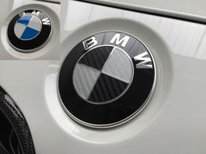Personalizzazione logo BMW con pellicola effetto carbonio 2