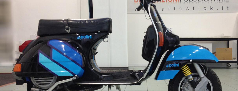 Personalizzazione Piaggio Vespa PX150E con livrea Polini, realizzata con adesivi stampati in digitale (con laminazione protettiva) ed adesivi polimerici