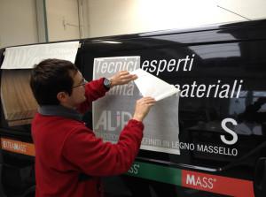 Decorazione con adesivi prespaziati e stampati in digitale, di lunga durata garantiti per l'esterno