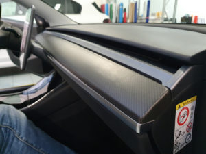Rivestimento interni Tesla model 3 con pellicola effetto carbonio opaco