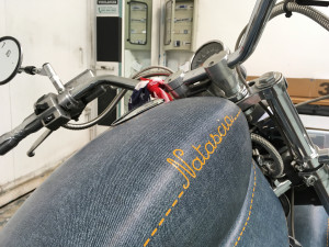 Suzuki-Intruder-personalizzata-con-pellicola-wrapping-effetto-jeans